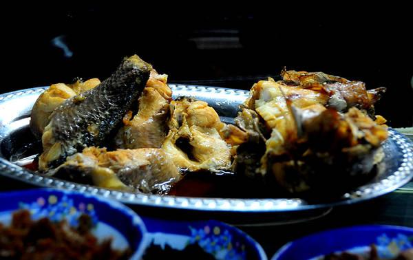 Cá lóc kho mặn hoặc đầu cá lóc kho cũng là thức ăn thường được chế biến để ăn kèm với cháo trắng. Muốn ngon, người nấu thường chọn cá lóc đồng, con nhỏ, nhiều xương nhưng chắc thịt.