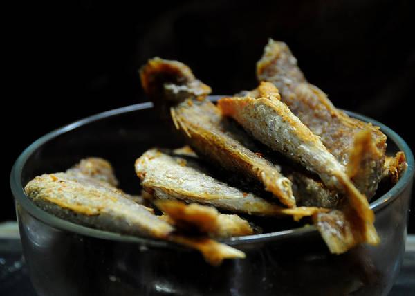 Khô cá đù là món được sáng tạo thêm. Khô có vị mặn đậm, chỉ cần một con khô nhỏ là đủ ăn kèm với cả tô cháo to.