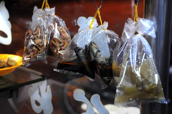 Dưa mắm, cá kèo kho, cá cơm kho khô được nhiều quán cháo trắng đêm Sài Gòn cho vào bọc treo sẵn để bán cho khách mang về.