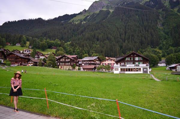 Làng Wengen nằm trên dãy núi Alps, là một ngôi làng cổ và không có xe chạy và với khung cảnh như được vẽ trong truyện cổ tích.