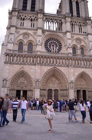Nhà thờ đức bà Paris một buổi sáng chủ nhật trong lành.