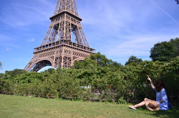 Tháp Eiffel hoa lệ.