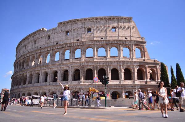 Đấu trường La Mã Colosseum - Roma vào một ngày nắng đẹp.
