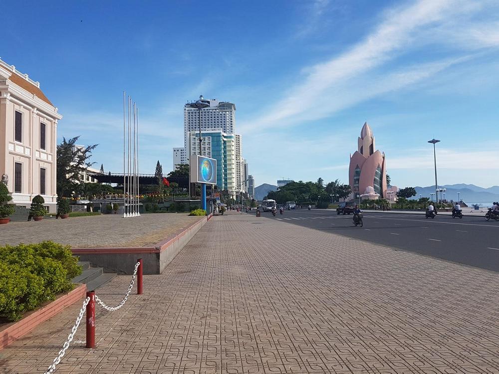 Hình ảnh tháp Trầm Hương của Nha Trang đang đón chào ngày mới một cách đầy kiêu hãnh và tràn đầy sức sống .