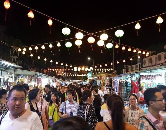 Không khí nhộn nhịp của chợ đêm Nha Trang.