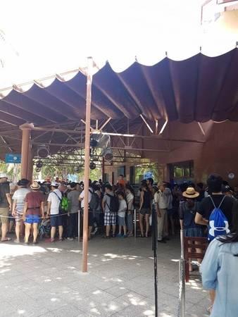Du khách xếp hàng đông đúc ở Vinpearl land vào dịp lễ.