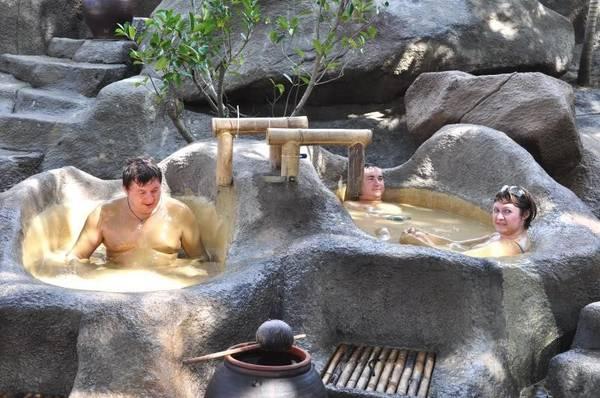 Du khách tắm khoáng bùn tại I-Resort.