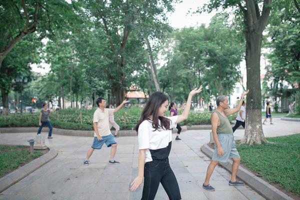 Tập thể dục buổi sớm tại Hồ Gươm
