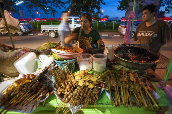 Ẩm thực đường phố ở Lào. Ảnh: shutterstock.