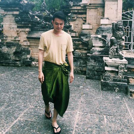 Quang Vinh cuốn sarong khi đi vào một ngôi đền ở Bali.