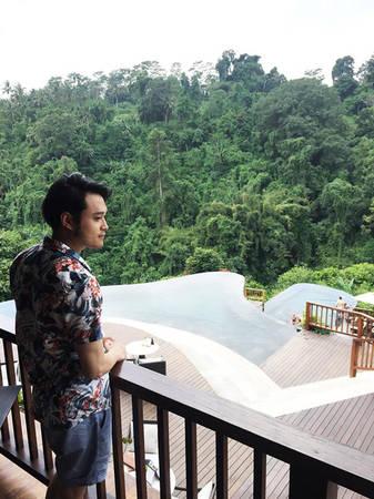 Bali có khá nhiều resort, dường như chỉ có resort cho bạn lựa chọn. Quang Vinh nghỉ tại một khu nghỉ dưỡng cao cấp khá nổi tiếng với hai bể bơi lộ thiên vươn ra không gian xanh của rừng cây.