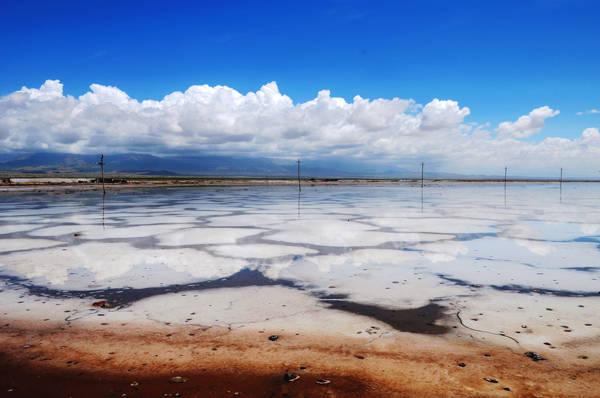 """Không cần phải đến cánh đồng muối Salar de Uyuni lớn nhất thế giới ở Bolivia gần biên giới với Chile, ngay cạnh Việt Nam cũng có một """"tấm gương khổng lồ"""" như thế. Hồ muối Chaka, còn được gọi là tấm gương của bầu trời, là một trong những điểm tham quan du lịch """"nhất định phải đến"""" ở tỉnh Thanh Hải, phía tây bắc Trung Quốc. Hồ nằm ở độ cao hơn 3.000 m, có hình bầu dục với diện tích 105 km2, lớn gấp 10 lần so với Tây Hồ của Hàng Châu."""