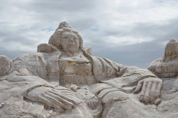 """Có rất nhiều tác phẩm điêu khác khổng lồ nằm rải rác dọc theo bờ hồ. Chúng được xây dựng từ các tiền từ bán muối và được người dân gọi bằng cái tên trìu mến """"nghệ thuật của đất""""."""