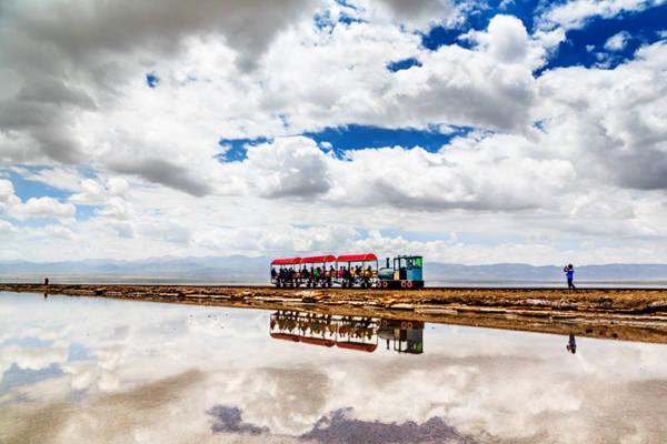 Hồ muối kết tinh tự nhiên này được xem là cánh cổng phía đông dẫn vào Bồn địa Qaidam (từ tiếng Mông Cổ: mang nghĩa dầm muối hay thung lũng rộng).