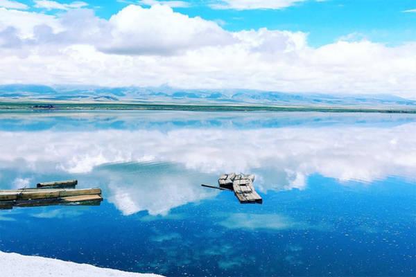 """Hồ rất cạn, nước chỉ đến mắt cá chân, vì vậy du khách có thể thỏa thích đi bộ qua. Vào lúc ánh mắt trời xuất hiện, hồ phản chiếu hình ảnh bầu trời xanh với những đám mây trắng trông giống như một tấm gương khổng lồ đặt trên mặt đất. Chính vì thế nên hồ có biệt danh là """"tấm gương của bầu trời""""."""