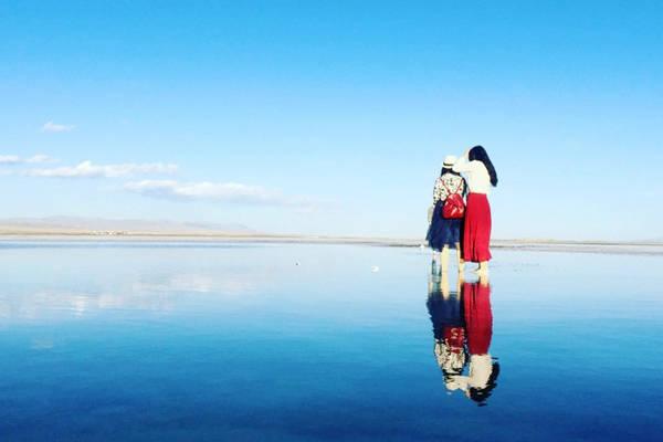 ho-muoi-dep-ngo-ngang-o-ngay-gan-viet-nam-Hồ muối Chaka của lưu vực Qaidam đã được khai thác hơn 3.000 năm. Cách khai thác không quá khó khăn cho người dân bởi đây là hồ muối tự nhiên, chỉ cần thu muối ở những lớp trên cùng. Mỗi năm, nhà máy muối Chaka sản xuất hàng trăm tấn muối thô chất lượng cao, cung cấp khắp Trung Quốc và thậm chí còn xuất khẩu sang Nhật Bản, Nepal, Trung Đông.ivivu-4