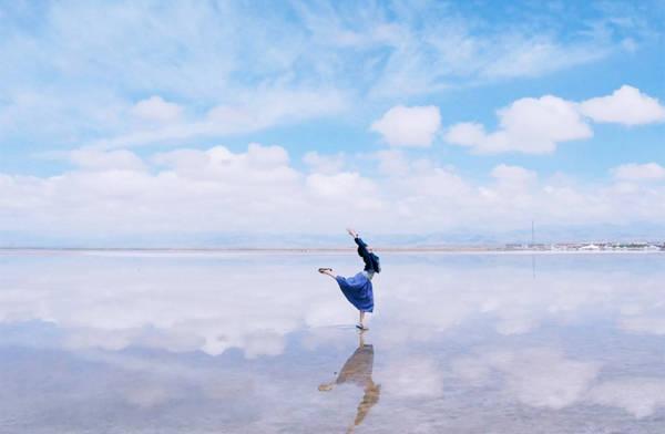 Du lịch đến vùng muối trắng này, bạn sẽ có cảm giác như ở chốn thần tiên, cứ ngỡ chạm đến bầu trời. Khí hậu quanh hồ khô ráo và mát mẻ. Ngay cả giữa mùa hè nóng bức, nhiệt độ trung bình ban ngày cũng chỉ khoảng 19,6 độ C.