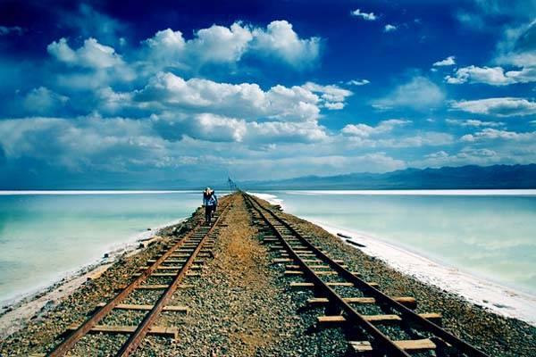 Ở đây có một tuyến đường sắt chạy dài đến trung tâm của hồ muối. Mỗi ngày sẽ có những chuyến tàu ngắn hoạt động phục vụ du khách tham quan.