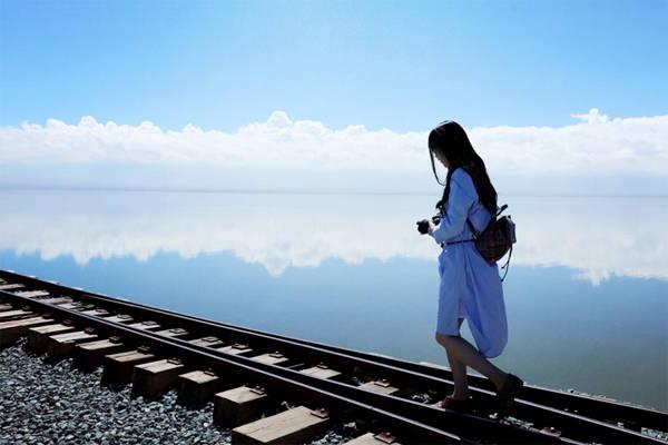 Nếu muốn trải nghiệm nhiều hơn, bạn có thể chọn cách đi bộ men theo đường ray để cảm nhận rõ khung cảnh tuyệt vời, sự giao thoa giữa trời và đất.
