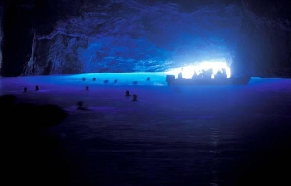 Du khách thưởng ngoạn hang động Xanh - Ảnh: discovergreece