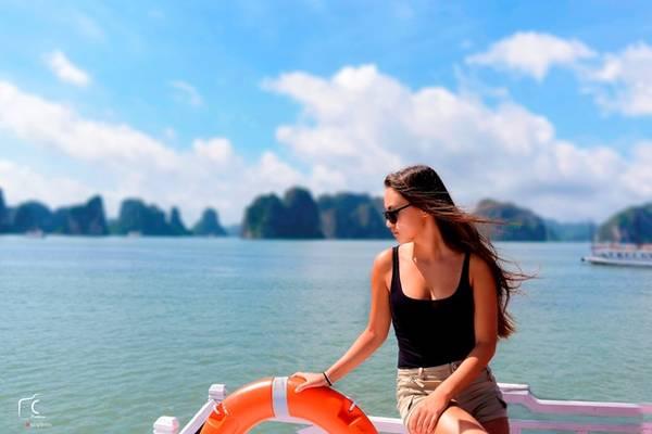 Thời tiết dễ chịu đến mức không ai chịu ngồi trong tàu, mà ra lan can ngắm vẻ đẹp của biển trời.