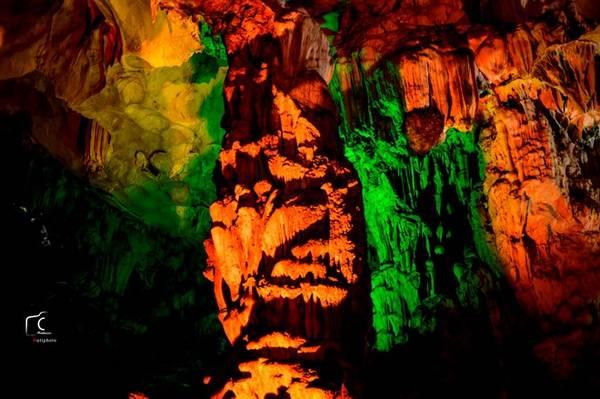Sửng Sốt là là một hang rộng và đẹp vào bậc nhất của vịnh Hạ Long. Nơi đây có nhiều thạch nhũ hình dáng tuyệt đẹp. Đường lên hang Sửng Sốt luồn dưới những tán lá rừng, những bậc đá cheo leo, khiến một người bạn lần đầu tiên đến đây rất háo hức, tò mò.