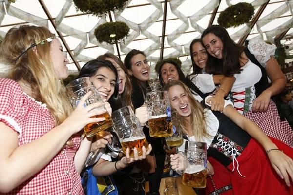 Trong năm 2015, hơn 7,5 triệu lít bia và 500.000 con gà được tiêu thụ, với 115 điểm giải trí hấp dẫn.