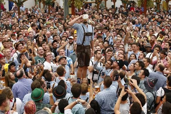 Lễ hội năm nay sẽ kéo dài hơn một ngày so với năm trước. Thứ hai sau ngày lễ hội kết thúc là ngày nghỉ quốc gia của Đức, một tin tốt với những người mê bia. Tại TP.HCM, Phòng Thương mại và Công nghiệp Đức và Hiệp hội Doanh nghiệp Đức tổ chức Oktoberfest từ 29/9-2/10.