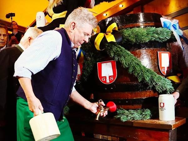 Theo truyền thống, thị trưởng thành phố Munich (Đức) khai mạc lễ hội bằng cách khui thùng bia đầu tiên vào ngày 17/9.