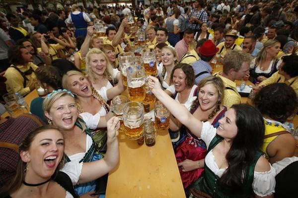 Lễ hội bia Oktoberfest đầu tiên được tổ chức vào năm 1810, kéo dài 5 ngày để mừng Thái tử Ludwig xứ Bavaria và Công chúa Therese xứ Saxony-Hildburghausen.