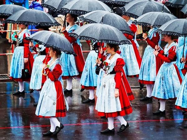 Ngay cả mưa nặng hạt cũng không ngăn nổi những người tham dự Oktoberfest. Ngày khai mạc lễ hội, các đoàn diễu hành trong trang phục cầu kỳ, với ô và áo mưa.