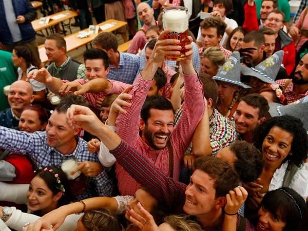 Tuy nhiên, các căn lều nhanh chóng chật kín người, và cuộc cạnh tranh giành cốc bia đầu tiên diễn ra sôi động.