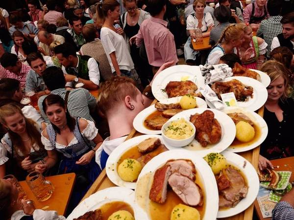 Ngoài bia, du khách có thể thưởng thức nhiều món đặc sản của Đức, như Hendl - nửa con gà nướng, hay Schweinsbraten - thịt lợn nướng.