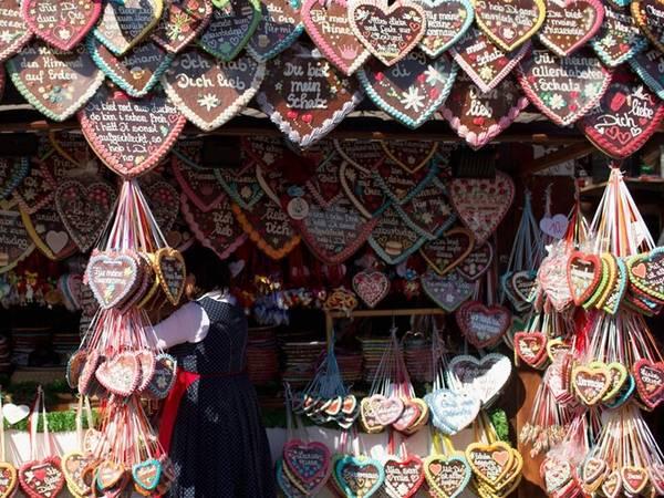 Tất nhiên, Oktoberfest không chỉ nổi tiếng với các lều bia, mà còn các cửa hàng kẹo truyền thống bán bánh mì gừng hình trái tim. Bạn có thể chọn chiếc có chữ sẵn hoặc đặt chữ theo yêu cầu.