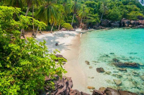 Hòn Móng Tay nằm ở phía nam đảo Phú Quốc, cách nơi đây chừng 14 km. Hòn đảo hoang sơ ẩn chứa nhiều vẻ đẹp tiềm ẩn và những câu chuyện thú vị. Ảnh: dinhhangtravel.