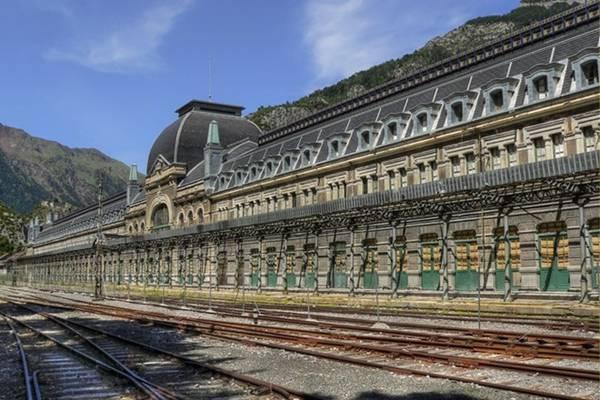 Nhà ga quốc tế Canfranc, Tây Ban Nha - mở cửa vào năm 1928 và đột ngột dừng hoạt động vào năm 1970.