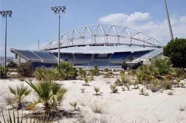 Nhà thi đấu bóng chuyền bãi biển ở khu phức hợp Olympic Faliro (Athens, Hy Lạp) giờ mọc đầy cỏ dại, cây bụi vì không được sử dụng.