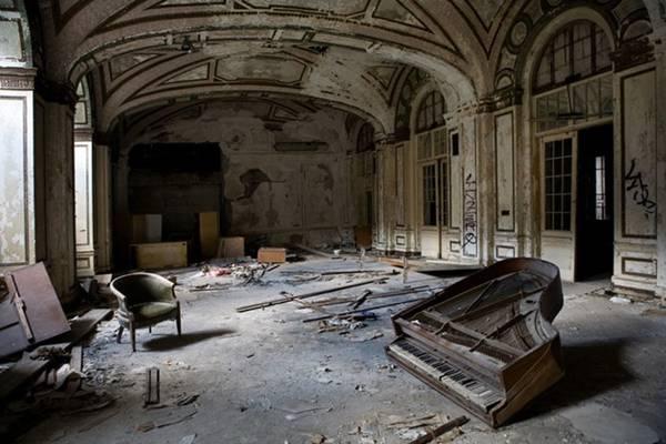 Sảnh khách sạn Lee Hotel Plaza ở thành phố Detroit, Mỹ bị bỏ hoang với đồ đạc bị vứt chỏng chơ, những mảng tường bong tróc.
