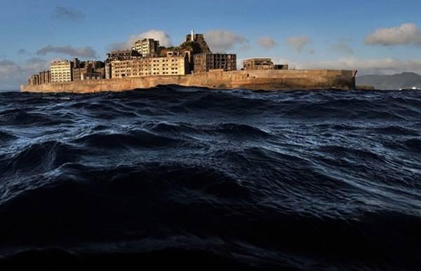 """Đảo không người Gukan jima ở Nhật Bản, hay còn gọi là """"Đảo tàu"""". Những năm 1950, nơi đây từng có khoảng 5.000 người sinh sống."""