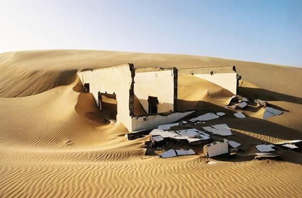 Một ngôi nhà hoang không còn nguyên vẹn trên sa mạc Sahara.