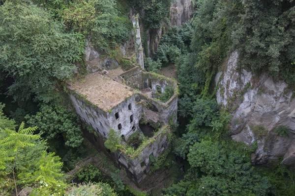 Một nhà máy bột mì từ thế kỷ 13 bị bỏ hoang ở Sorrento, Italy.