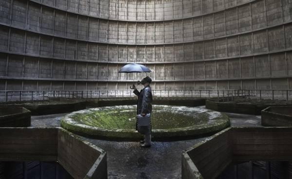 Hình ảnh siêu thực bên trong một nhà máy điện bị bỏ hoang ở Charleroi, Bỉ.