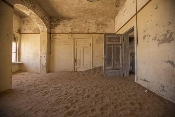 Một ngôi làng khai thác mỏ ở Kolmanskop, Namibia, nơi ranh giới giữa trong nhà và ngoài trời biến mất, khi cát ngập vào tận bên trong.