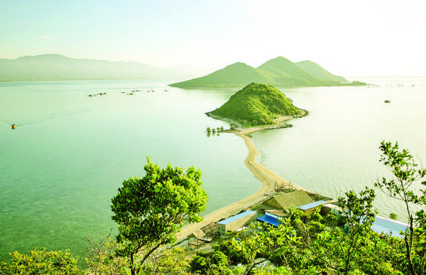 Con đường cát trên biển nối liền hòn Giữa và hòn Đuốc (đảo Phật nằm) nhìn từ trên cao - Ảnh: TIẾN THÀNH