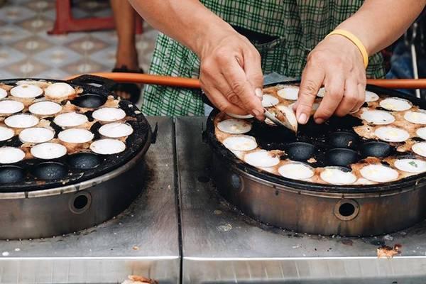 Ẩm thực Thái Lan là sự hòa trộn tinh tế của thảo dược, gia vị và thực phẩm tươi sống, với những phong cách nấu nướng đặc biệt. Bạn sẽ không thể nào quên vị chua cay độc đáo của các món ăn mà bạn dễ dàng tìm thấy trên đường phố Bangkok.