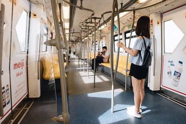 Bangkok là một thành phố phát triển và phục vụ du lịch rất tốt, nên việc đi lại khá đơn giản . Tàu điện ngầm là phương tiện tôi thấy thích thú nhất.