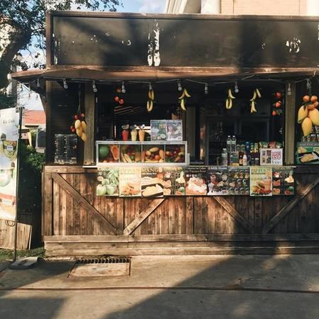 Ở Bangkok, ngoài đi chùa thì chỉ có đi ăn uống hay mua sắm là thích nhất. Về việc đổi tiền, tốt nhất là bạn nên đổi USD tại Việt Nam, qua Thái đổi baht. Đến sân bay có thể đổi trước 1 ít để trả tiền taxi, ăn uống, sau đó về trung tâm đổi các quầy giao dịch để có giá tốt.