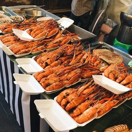 Muốn ăn đồ Hoa, bạn bắt tuktuk, hoặc taxi đến Chinatown. Đồ hải sản ở đây ngon tươi, rẻ, được bày ngay ven đường cho du khách thoải mái lựa chọn. Bạn có thể đi dạo một vòng quanh khu phố rồi thấy hàng nào hợp lý rồi ăn. Khu phố Hoa rất dài, bạn không nên vội vã chọn đồ ăn luôn.