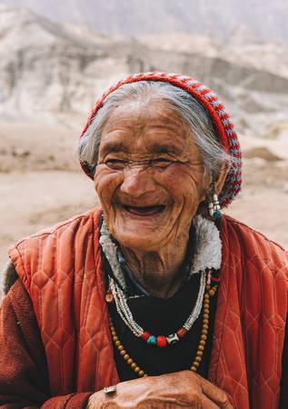 Một bà cụ người Ladakh xin quá giang trên xe chúng tôi. Cụ năm nay tám mươi mấy tuổi, bà vẫn đi bộ băng băng như những ông bà cụ khác vùng Ladakh. Chúng tôi xin phép cụ chụp hình lưu niệm, cụ bà nở nụ cười hồn hậu bất chấp tuổi tác.