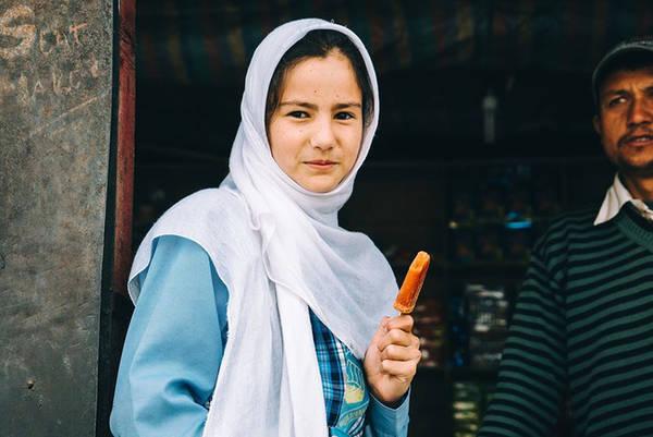 Kargil là 1 mảnh ghép khác của bức tranh Ladakh. Người ở Kargil lai giữa Tây Tạng, Pakistan hay Afghanistan. 90 % dân số Kargil là Hồi giáo Shia, 5% người Sunni và 5% của Phật giáo Tây Tạng. Trong ảnh là một cô bé nữ sinh mua kem trước giờ lên lớp. Tụi học sinh sáng sớm cứ ào ra ăn kem như phong trào í, vui lắm!